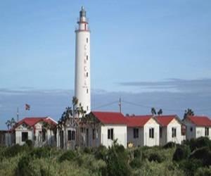 Entre los principales atractivos del emplazamiento turístico se encuentra también su ubicación, justo al pie del emblemático Faro Concha.