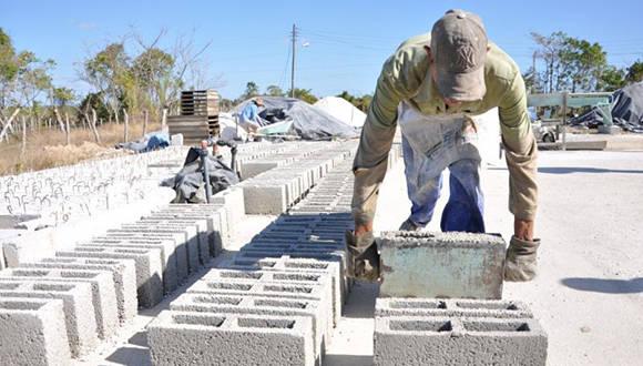 La producción y comercialización de los materiales de la construcción es un tema permanente en la agenda de los cubanos. Foto: Vicente Brito.