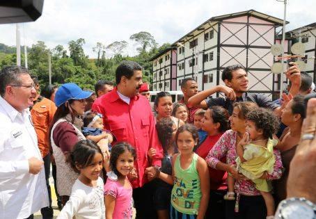 Nicolás Maduro, presidente de la República Bolivariana de Venezuela, entrega la vivienda 1 200 000 a familia venezolana.