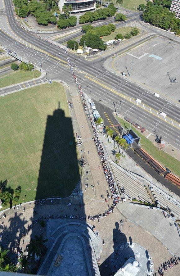 La Plaza se sobrecoge, pero de aquí no se irá jamás Fidel. Ese es el sentir de los cubanos. Foto: Roberto Suárez.