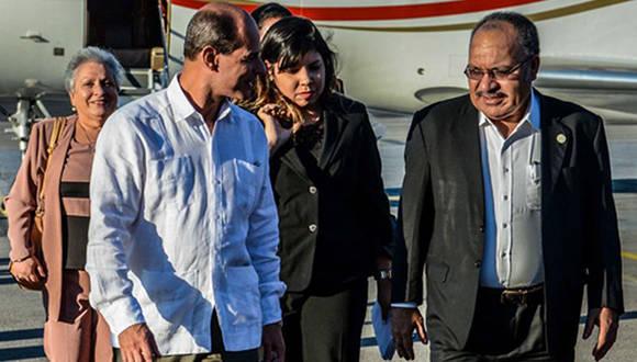 Peter Charles Paire O'Neill, Primer Ministro de Papúa Nueva Guinea, a su llegada a Cuba es recibido por Rogelio Sierra, vicecanciller. Foto: ACN.