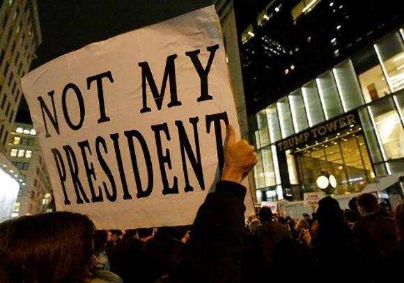 """""""No es mi presidente"""", exclaman jóvenes estadounidenses. Foto: EFE."""