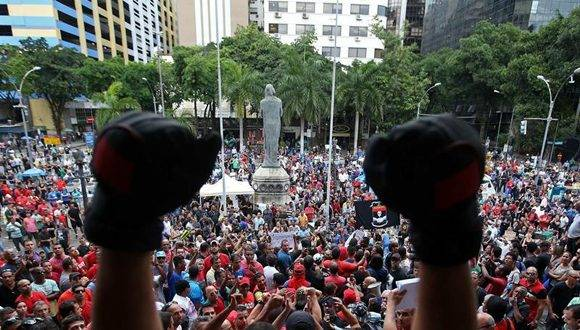 Los manifestantes se levantaron frente a la sede de la Asamblea Legislativa de Río de Janeiro. Foto: TelesurTV.