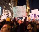 Protesta frente a la Torre Tromp en la Quinta Avenida de Nueva York, ayer, por quinto día consecutivo, contra el triunfo del multimillonario que ocupará la Casa Blanca a partir del próximo 20 de enero. Foto: AFP