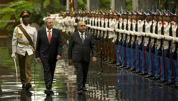 General de Ejército Raúl Castro, recibió hoy en el Palacio de la Revolución a Su Excelencia, el Honorable Señor Peter Charles Paire O'neill, Primer Ministro del Estado Independiente de Papúa Nueva Guinea. Foto: Ismael Francisco/ Cubadebate.