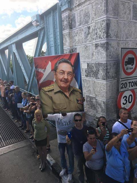 Raúl en uno de los puentes de Matanzas. Foto: Ladyrene Pérez/ Cubadebate