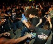 Jóvenes varones bailan durante el Festival Caimán Rock, en un parque de La Habana. En espacios donde se congregan muchos hombres se difunde la moda del implante casero sexual conocido como la perla, que especialistas vinculan con los mitos del machismo cubano. Crédito: Jorge Luis Baños/ IPS.