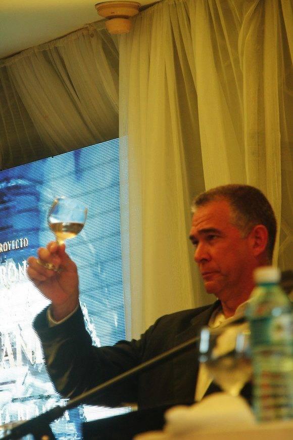El Maestro del Ron Cubano Julio Enrique Ayán Rial presenta el Isla Grande Extra Seco.