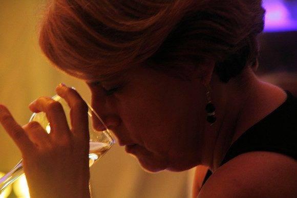 La primera Maestra del Ron Cubano Salomé Alemán disfruta del aroma del Isla Grande Extra Añejo 15 Años