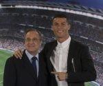 Cristiano Ronaldo posa con Florentino Pérez. Foto: AP.