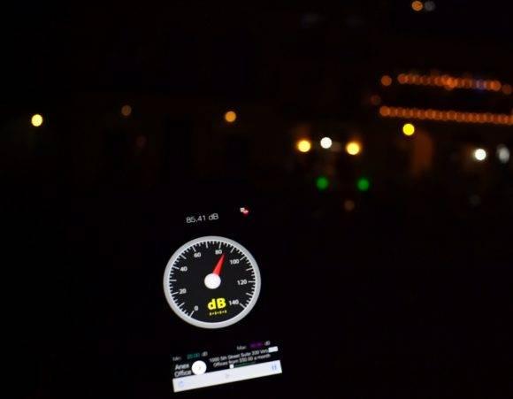 """Una medición con la aplicación """"Sound Mater"""" para Androide, el pasado domingo marca 85,41 decibeles sostenidos en la Plaza Vieja, de La Habana Vieja."""