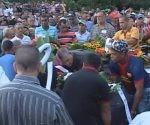 En el sepelio estuvieron presentes familiares y amistades de los fallecidos, así como el Ministro de Energía y Minas, Alfredo López Valdés, y autoridades políticas de la provincia y el municipio. Foto: Kegnar Pereira Matos.