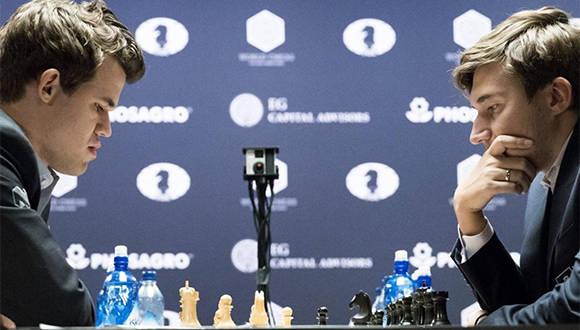Sergey Karjakin y Magnus Carlsen disputando la octava partida. Foto: EFE.