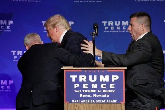 El empresario neoyorquino cortó su discurso por algo que sucedía entre el público cuando dos agentes del Servicio Secreto subieron al escenario y lo sacaron corriendo hacia la parte trasera.
