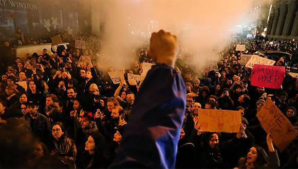 Manifestantes en la quinta avenida de Nueva York frente a la Torre Trump. Foto: Getty Images.