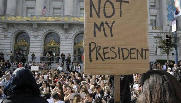 Estudiantes de secundaria protestan en contra de la victoria de Donald Trump en la elección por la presidencia de Estados Unidos, frente al Ayuntamiento en San Francisco, el jueves 10 de noviembre de 2016. Foto: AP.