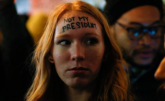 """El grito volvió a retumbar el jueves: """"¡No es mi presidente!"""", frente a la Torre Trump, ayer en Nueva York. Foto: AFP."""