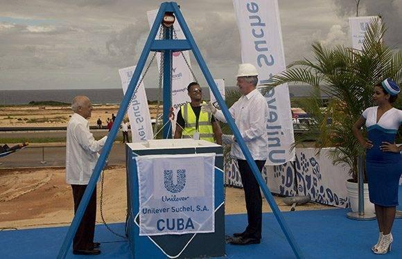 Colocación de la primera piedra, uno de los momentos más simbólicos de la mañana. Foto: Ismael Francisco/ Cubadebate.