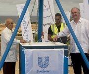 Salvador Pardo Cruz, Ministro de Industrias cubano, junto a Paul Podman, presidente mundial de Unilever, en la ceremonia de colocación de la primera piedra de la fábrica Unilever-Suchel S.A. en el Mariel. Foto: Ismael Francisco/ Cubadebate.