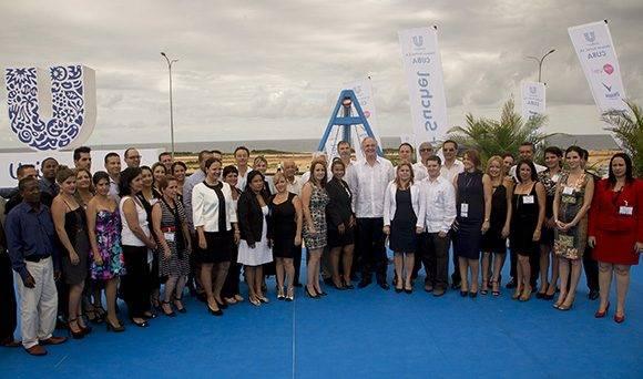 Una foto grupal en al ceremonia de colocación de la primera piedra de la empresa mixta Unilevel-Suchel S.A.