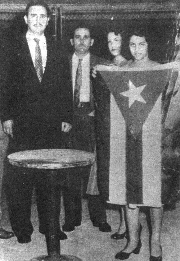 Junto a Fidel y al lado de la bandera cubana. Foto: Archivo de la Oficina de Asuntos Históricos del Consejo de Estado.