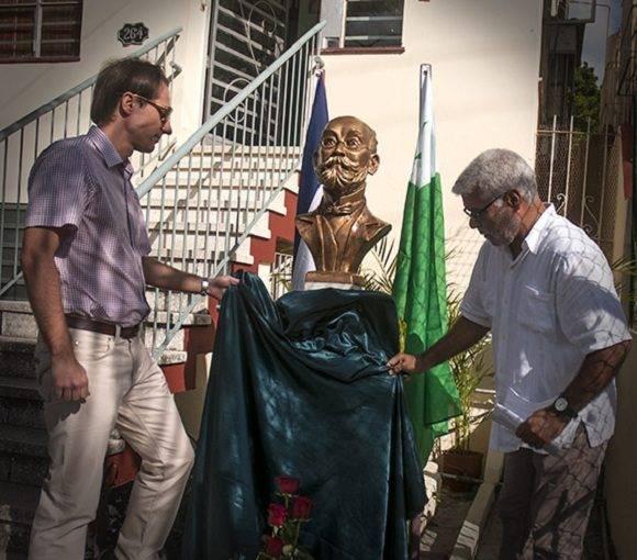 Presidente de la Asociacion Cubana de Esperanto, Alberto Fernandez Calienes, junto al diplomático polaco. Adrian Chrobot. Foto: Elio Miranda.
