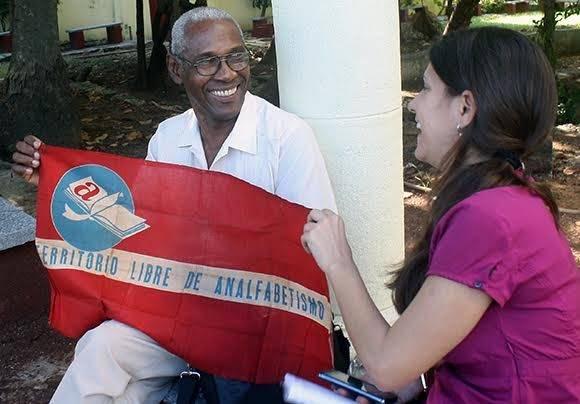 """""""Esta sí es de verdad"""", dice mientras aproxima la bandera y me pide que palpe por mi misma su recuerdo más grande de la Campaña. Foto: José Raúl Concepción Llanes/ Cubadebate"""