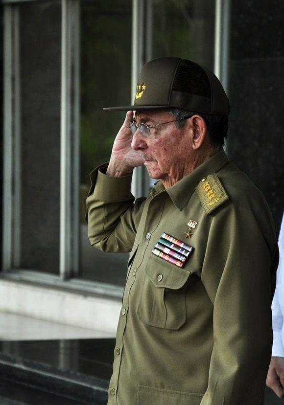 Cuba no ha dormido. Cuba hace varios días que no duerme. También es una Patria que guarda silencio, que rinde tributo, que hace honores. Foto: Roberto Garaicoa.