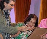 Abel Prieto Jiménez, Ministro de Cultura, entrega el Premio Nacional de Enseñanza Artística a la actriz y profesora Corina Mestre. Foto:  Ariel Cecilio Lemus/ ACN.