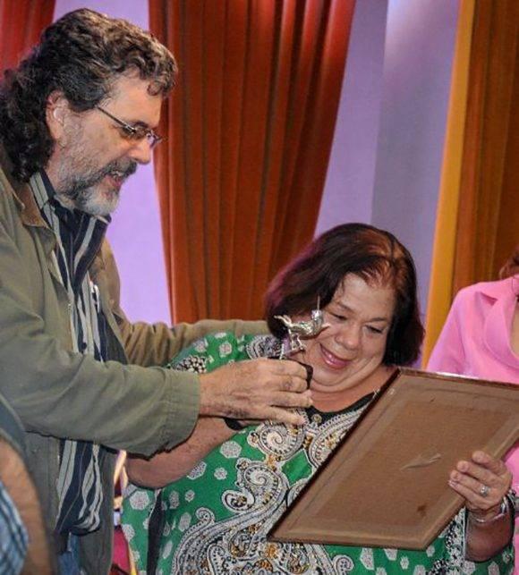 Abel Prieto Jiménez, Ministro de Cultura, entrega el Premio Nacional de Enseñanza Artística a la actriz y profesora Corina Mestre. Foto: