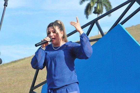 La voz y el talento artístico de Arys Rodriguez, interpreta el poema musicalizado Canto a Fidel, de la autoría de Carilda Oliver Labra. Foto: La Demajagua.