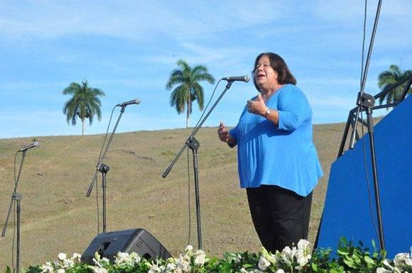 La actriz Corina Mestre interpreta el poema del Indio Naborí Marcha triunfal del Ejército Rebelde. Foto: La Demajagua.
