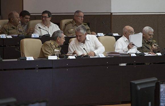 Raúl y Díaz-Canel justo antes del inicio oficial de la Asamblea Nacional del Poder Popular. Foto. Ladyrene Pérez/ Cubadebate.
