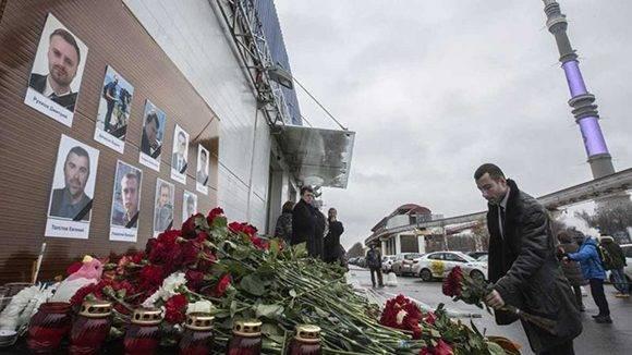 Un hombre deja flores ante los retratos de algunos de los muertos en el accidente del avión militar ruso Tu-154 EFE EFE