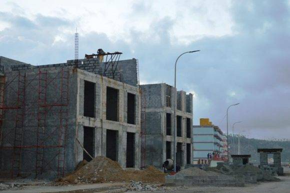 Otras obras en el Malecón de Baracoa. Foto: Rodney Alcolea Oliveras / Facebook.