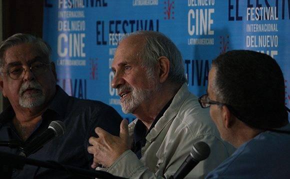 Luciano Castillo (izq) fue el encargado de moderar el encuentro, a la derecha el traductor. .Foto: José Raúl Concepción/ Cubadebate.