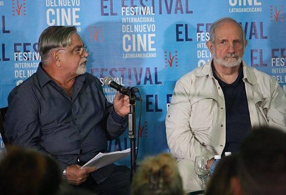 Luciano Castillo, director de la Cinemateca de Cuba, realizó varias preguntas a Biran de Palma antes del intercambio con el público. Foto: José Raúl Concepción/ Cubadebate.