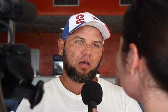 La TV cubana entrevista a un médico internacionalista. Foto: José Raúl Concepción/ Cubadebate.