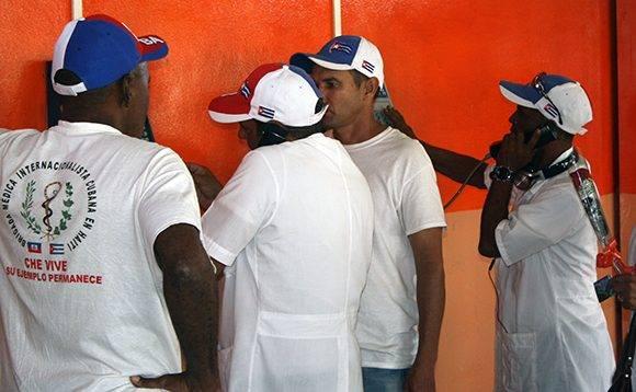 Del avión para el teléfono, a llamar a la familia. Foto: José Raúl Concepción/ Cubadebate.