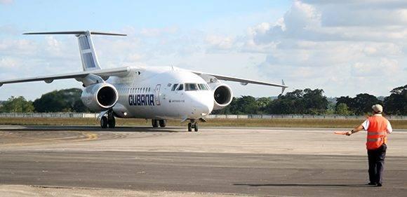 El avión de Cubana donde llegaron los médicos. Foto: José Raúl Concepción/ Cubadebate.