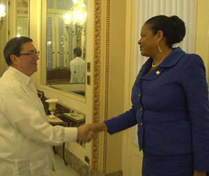 Bruno Rodríguez recibe a secretaria general de Asociación de Estados del Caribe, June Soomer. Foto tomada de CubaMinrex.