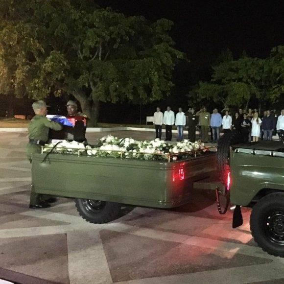 Las cenizas de Fidel reposan momentáneamente en la Plaza de la Revolución che Guevara en Santa Clara. Foto: Ladyrene Pérez/ Cubadebate