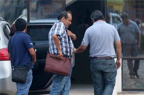 Agentes de la Fiscalía de Bolivia acompañan detenido al director general de la compañía aérea Lamia, Gustavo Vargas Gamboa.. Foto: EFE.