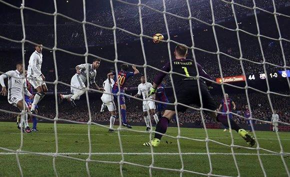 El defensa del Real Madrid, Sergio Ramos, marca de cabeza el gol del empate. Foto: Sergio Pérez/ Reuters.