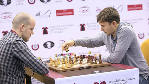 El ruso Sergey Karjakin (derecha) durante el Mundial de ajedrez relámpago 2016 disputado en Doha, Qatar.