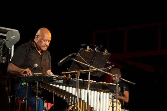 Emilio Vega en el vibráfono y la percusión. Silvio en San Antonio. Foto: Iván Soca