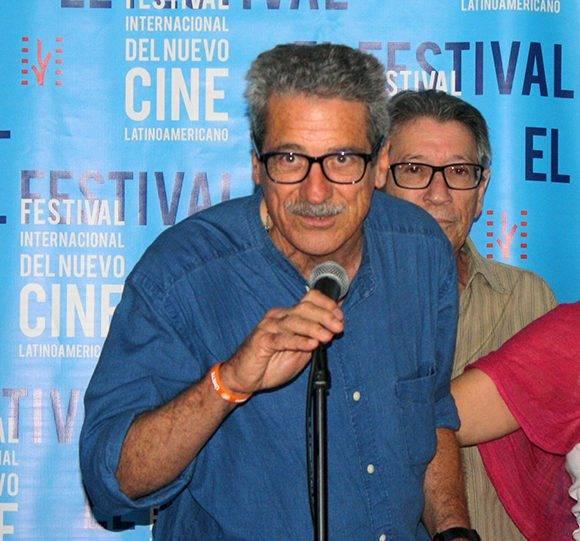 Fernando Pérez agradece uno de los tres premios recibido en la tarde. Foto: José Raúl Concepción/ Cubadebate.