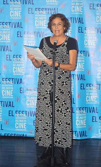 """Magda González presenta el premio """"Únete"""" de Naciones Unidas, que obtuvo """"Rara"""", de María José San Martín (Chile) Foto: José Raúl Concepción/ Cubadebate."""