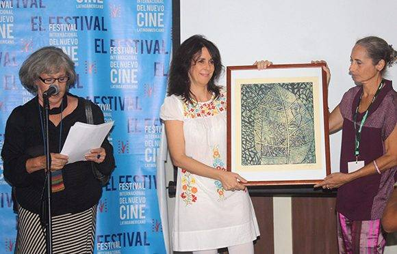"""Patricia Ramos debutó con su primer largometraje de ficción y se llevó dos premios colaterales. En la imagen recibe el galardón """"Sara Gómes"""" de la Red de Realizadoras Cubanas. Foto: José Raúl Concepción/ Cubadebate."""