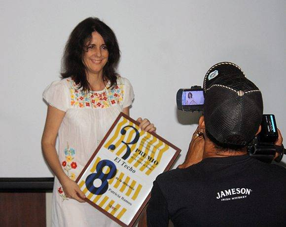 """Patricia Ramos, directora de """"El techo"""" recibe el premio del Círculo de Cultura de la UPEC. Foto: José Raúl Concepción/ Cubadebate."""